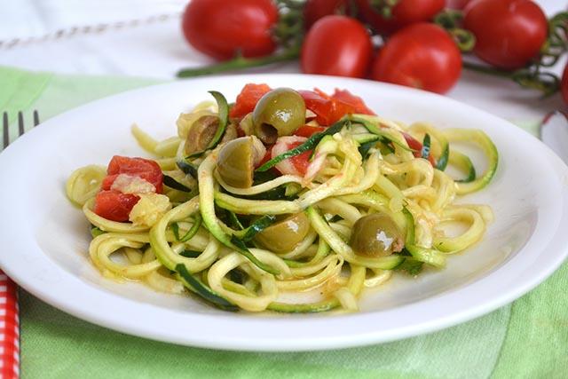 Spaghetti di zucchine con olive e pomodorini, i famosi ZOODLES.