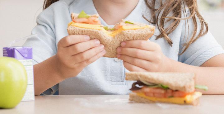 Gli errori da evitare a tavola con i bambini