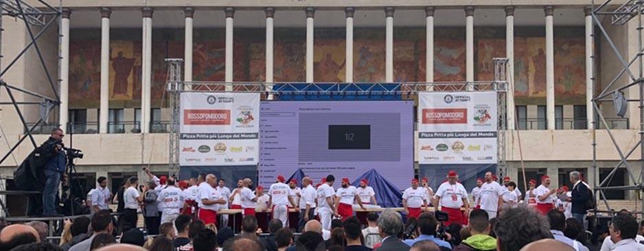 La pizza fritta più lunga del mondo, nuovo record a Napoli