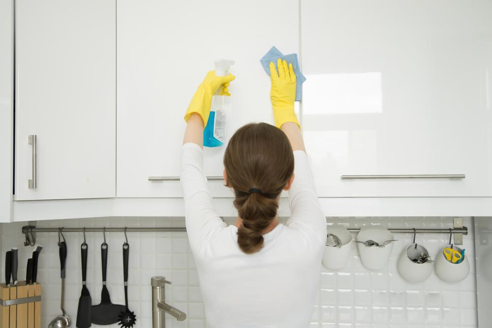 Come eliminare i cattivi odori in cucina: trucchi e tecniche fai-da-te