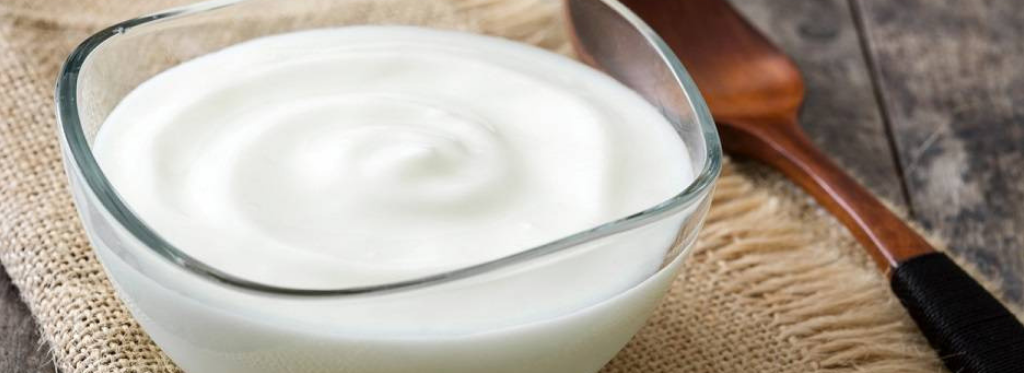 Come riciclare lo yogurt scaduto: niente paura lo usiamo in tanti modi sfiziosi