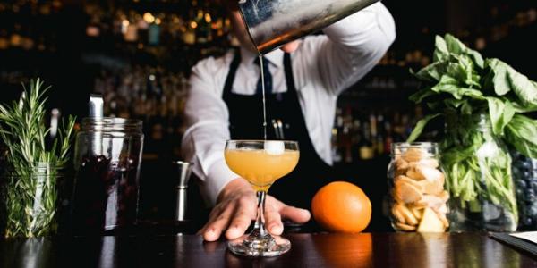 Bartending a casa: il cocktail lo si fa in salotto, ecco le regole d'oro più trendy