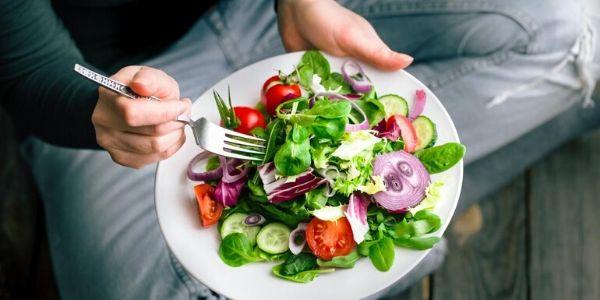 Consigli dei nutrizionisti per non abusare di cibo nei giorni di quarantena: eccoli qui